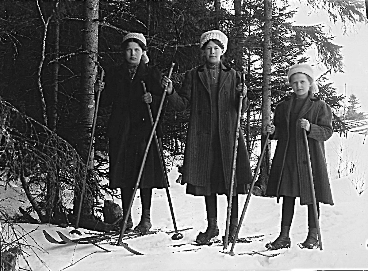 Från vänster: okänd flicka, Ester Lindberg och Elvira Lindberg på skidor.