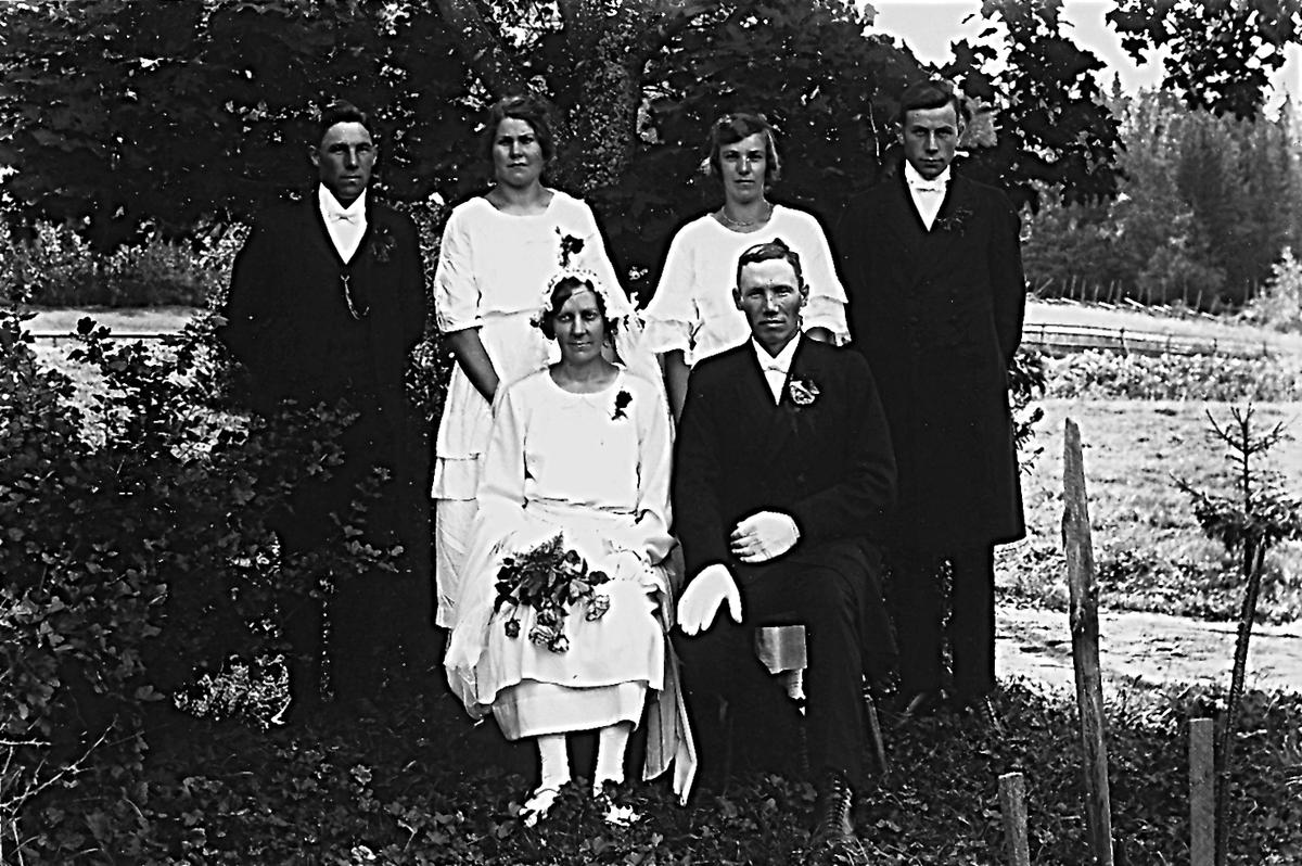"""Stående från vänster: Elof Forslund, okänd, Anna Abrahamsson, född Forslund och Ingvar Olsson (""""Rönnings""""). Sittande: Anna  och Jonas Forslund."""