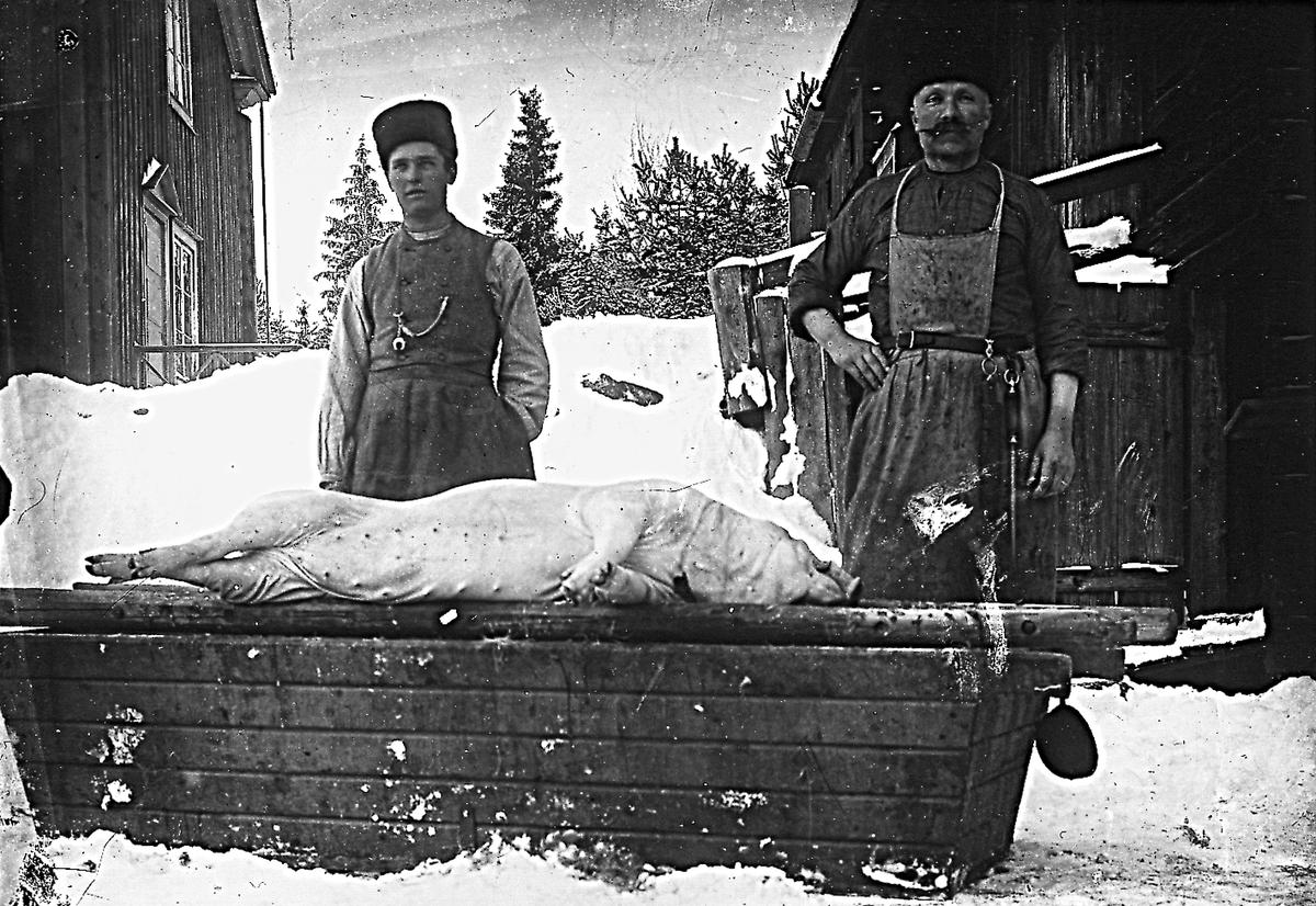 Östansjö, Lindbergs slaktar gris.