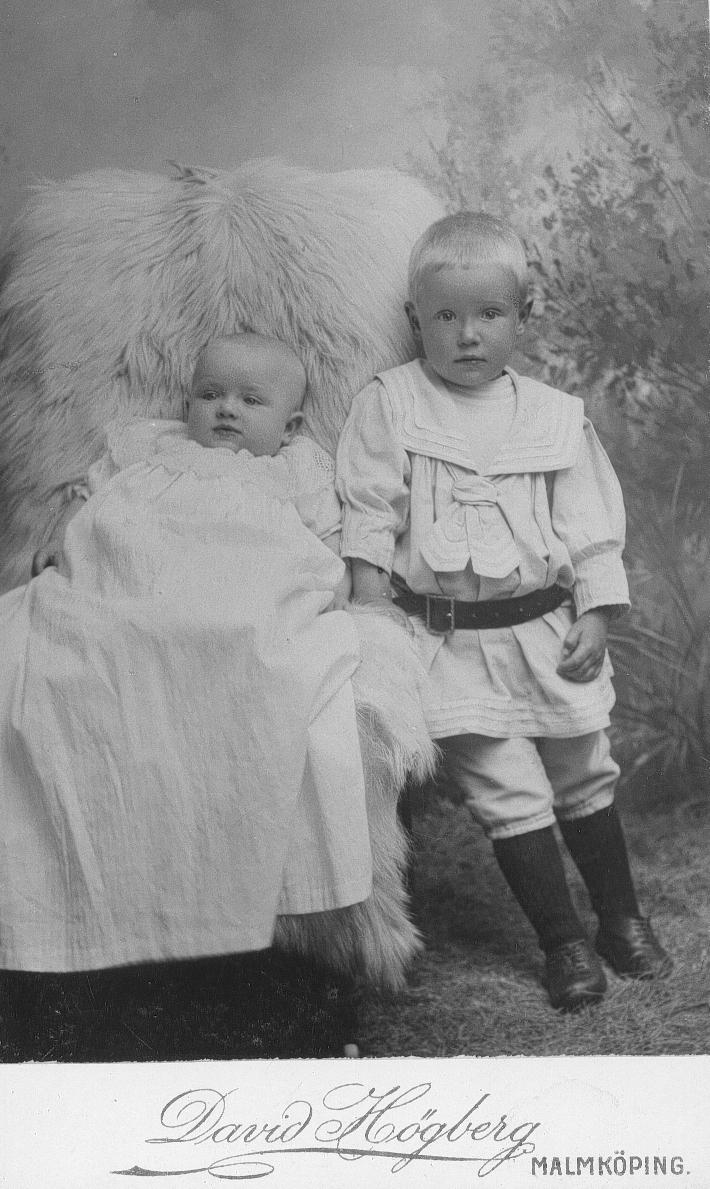 Pastor Hofbergs barn Erik 2 år 4 mån. Margareta 6 mån.
