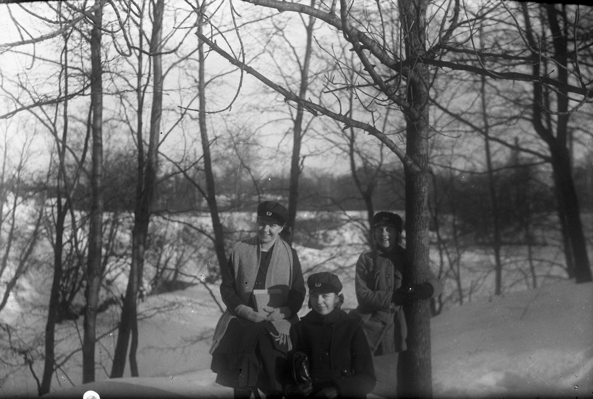 Vinterbild, tre flickor.