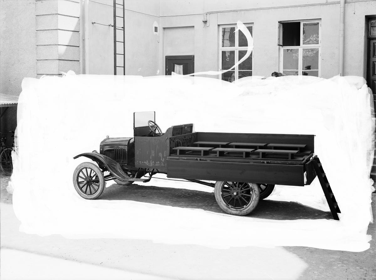 Lastbil utrustad med bänkar, stege upp till flaket. En T-Ford last från 1920-talet.  AB Lantmannaförbundet
