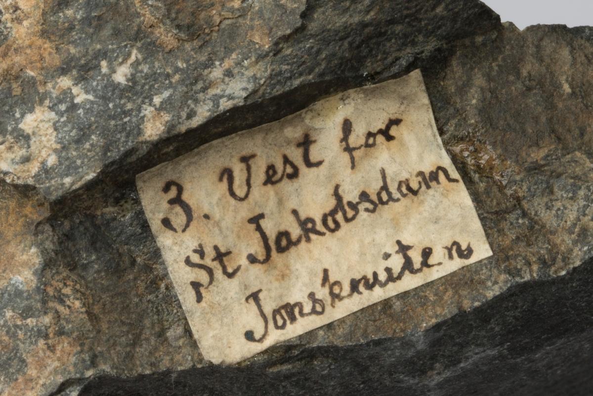 Etikett på prøve: 3. Vest for St. Jacobsdam Jonsknuten  Etiketter i eske (samme eske som BVM-M 7069): Etikett 1:  3. Vest for Store Jacobsdam ved foden af Jonsknuten Lmeinich  Etikett 2: V. for Store Jacobsdam ved foden af Jonsknuden. Kbrg.