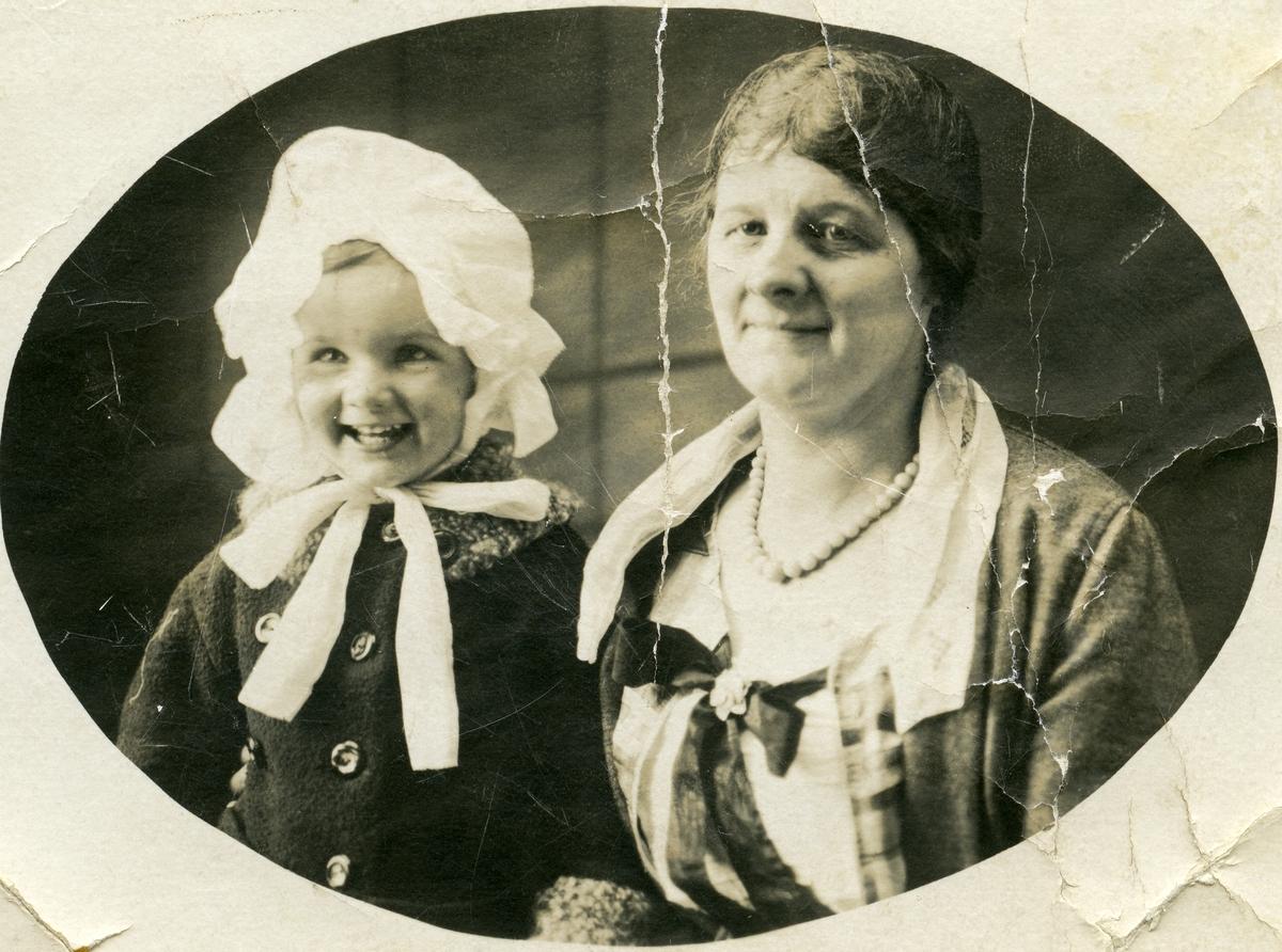 Margit Renden og dottera Elinor.