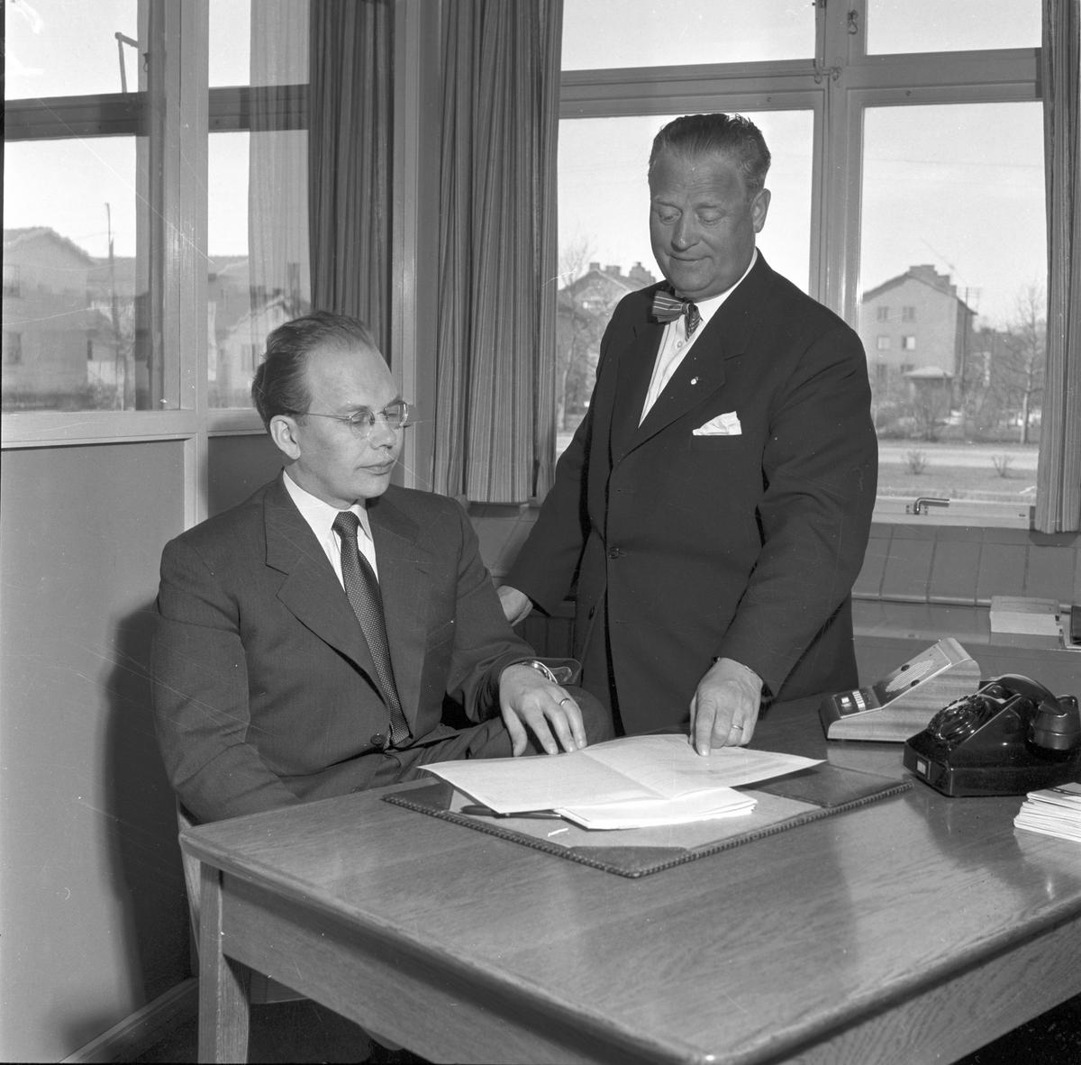 Reportage hos Bil & Buss. Direktör Birger Pettersson och kamrer Isberg. 24 april 1956. Skandia - Freja Försäkrings AB, Norra Skeppargatan 7, Gävle
