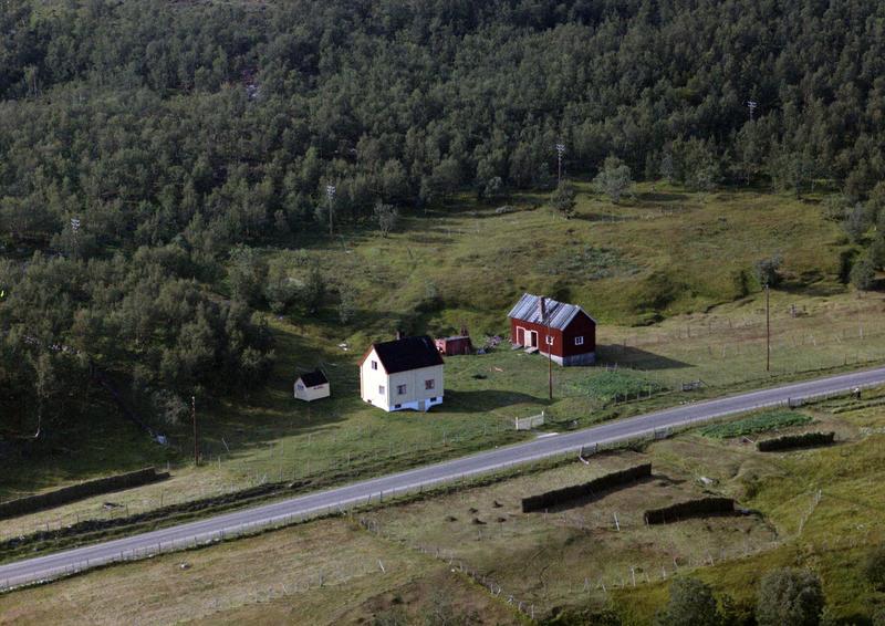 Fjøs fra Indre Billefjord