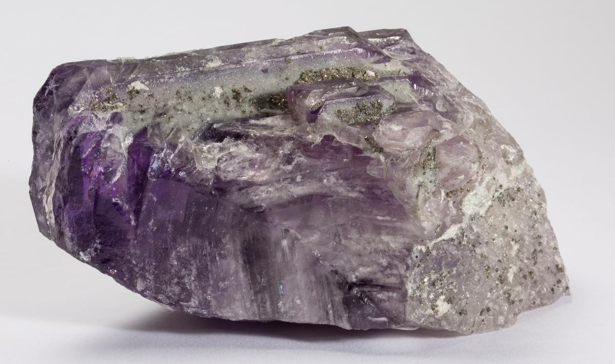 Ametyst, sammensatt stor krystall, ikke hel. Dyp farve, noe kvarts og pyritt.