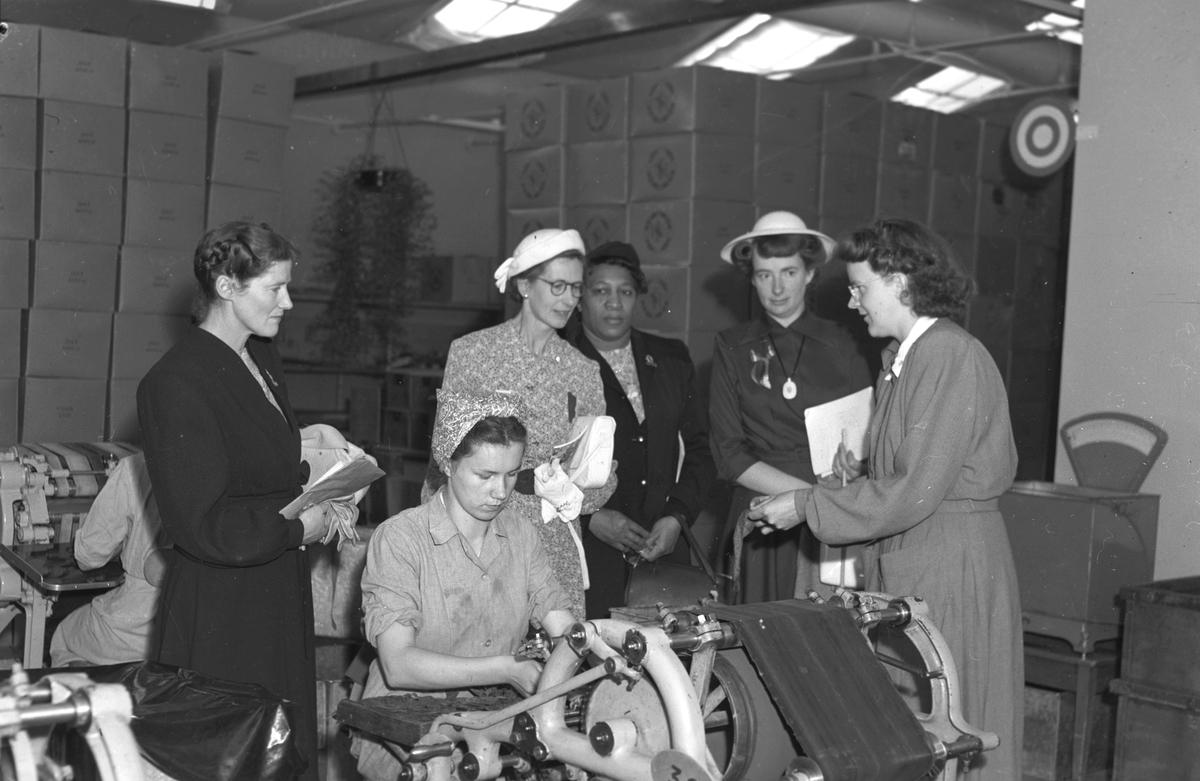 Sjuksköterskor på Gävlekongress, 15 juni 1949. Besök på Tobaksmonopolet.