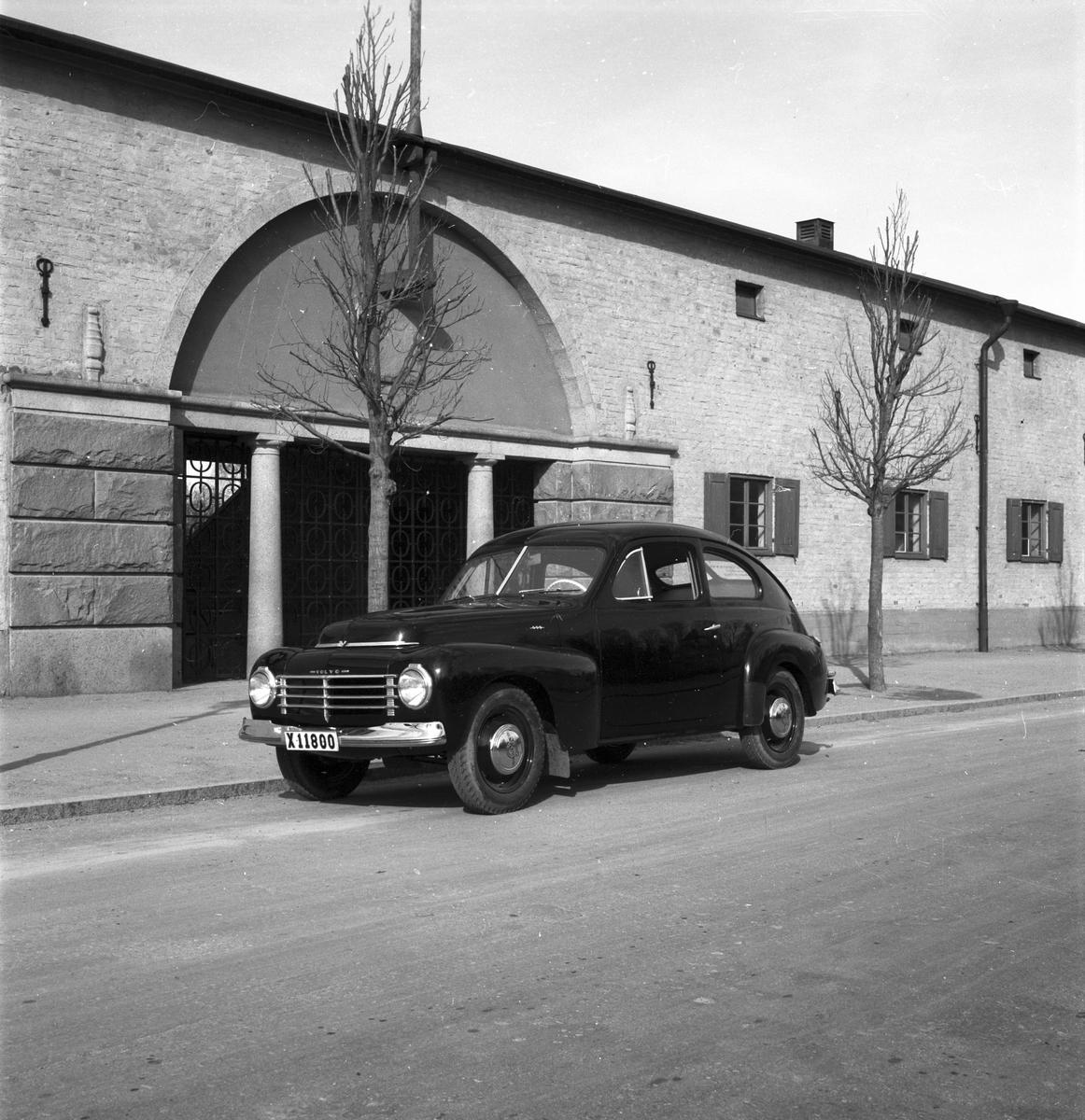 Personbil Volvo PV 444. Reg X11800. Bilden tagen utanför Strömvallen Kungsbäcksvägen Gävle i maj 1947.