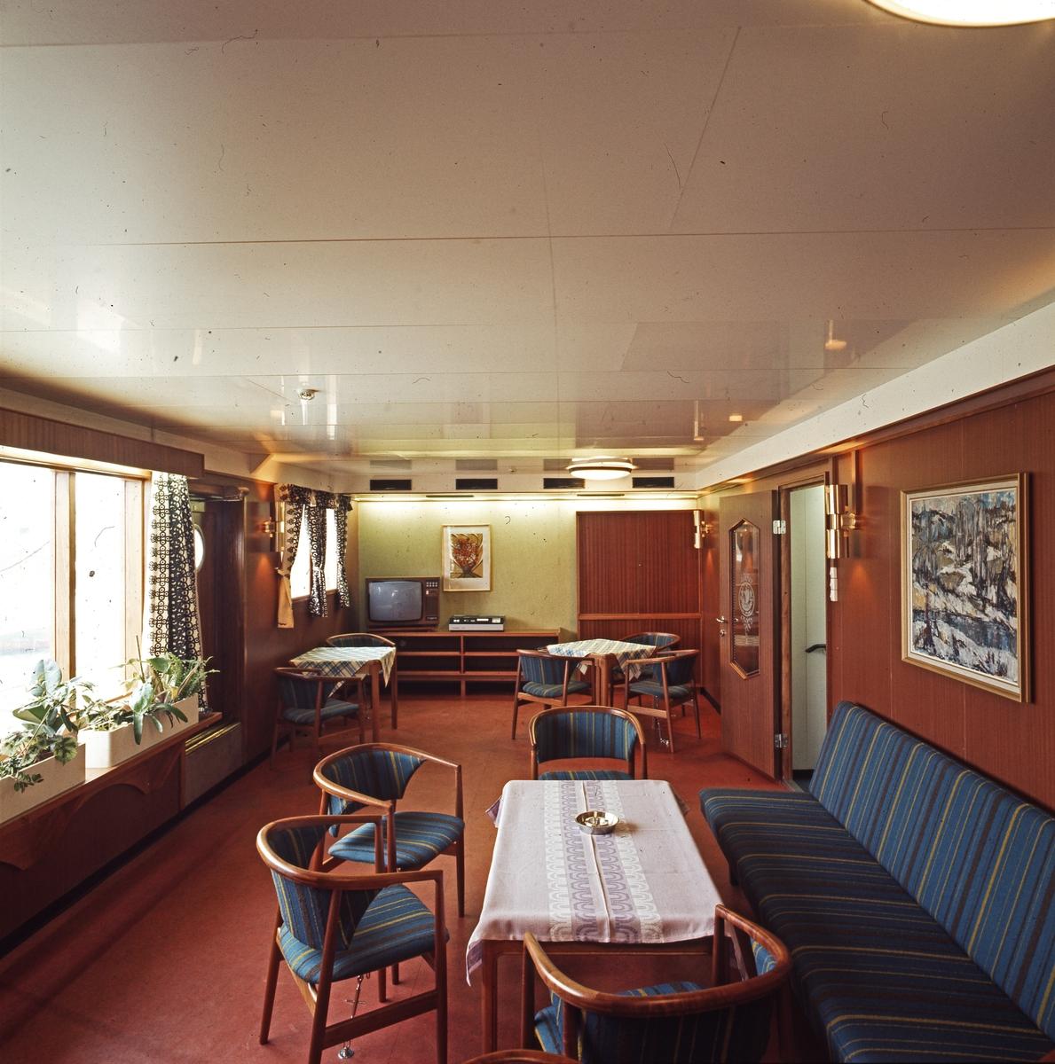 """H.M.V. Skip. Interiøret i salongen på """"Fjordshell""""."""