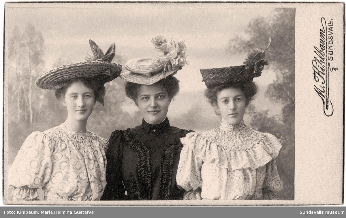 Ateljéporträtt på systrarna Anna (till vänster) och Elin Hydén (till höger). Kvinnan i mitten är okänd.