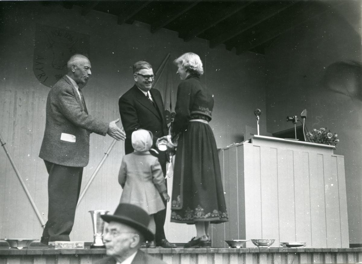 Åsne Slåtta tek imot ærespremien til Gjeverei - beste kua på sjået i 1956.