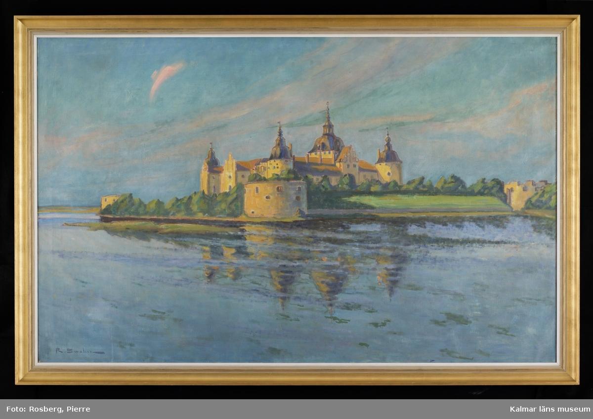 Kalmar slott, sett från öster, slottet i centrum solbelyst, speglar sig i vattnet, i bakgrunden himmel med molnstrimmor.