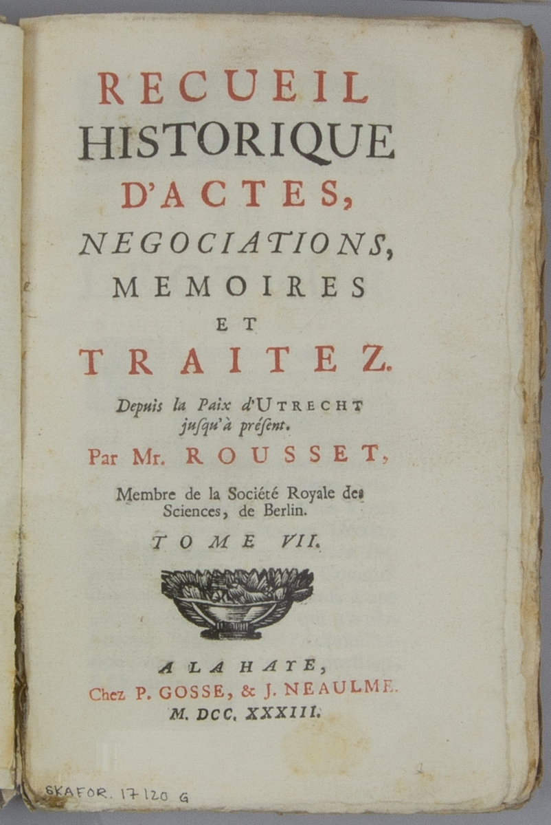 """Bok, pappband: """"Recueil historique d'actes, negocirarions, memoires et traitez."""", vol. VII, skriven av Jean de Missy Rousset.  Pärmen klädd i marmorerat papper, i vitt, rosa och svart. Med oskurna snitt."""