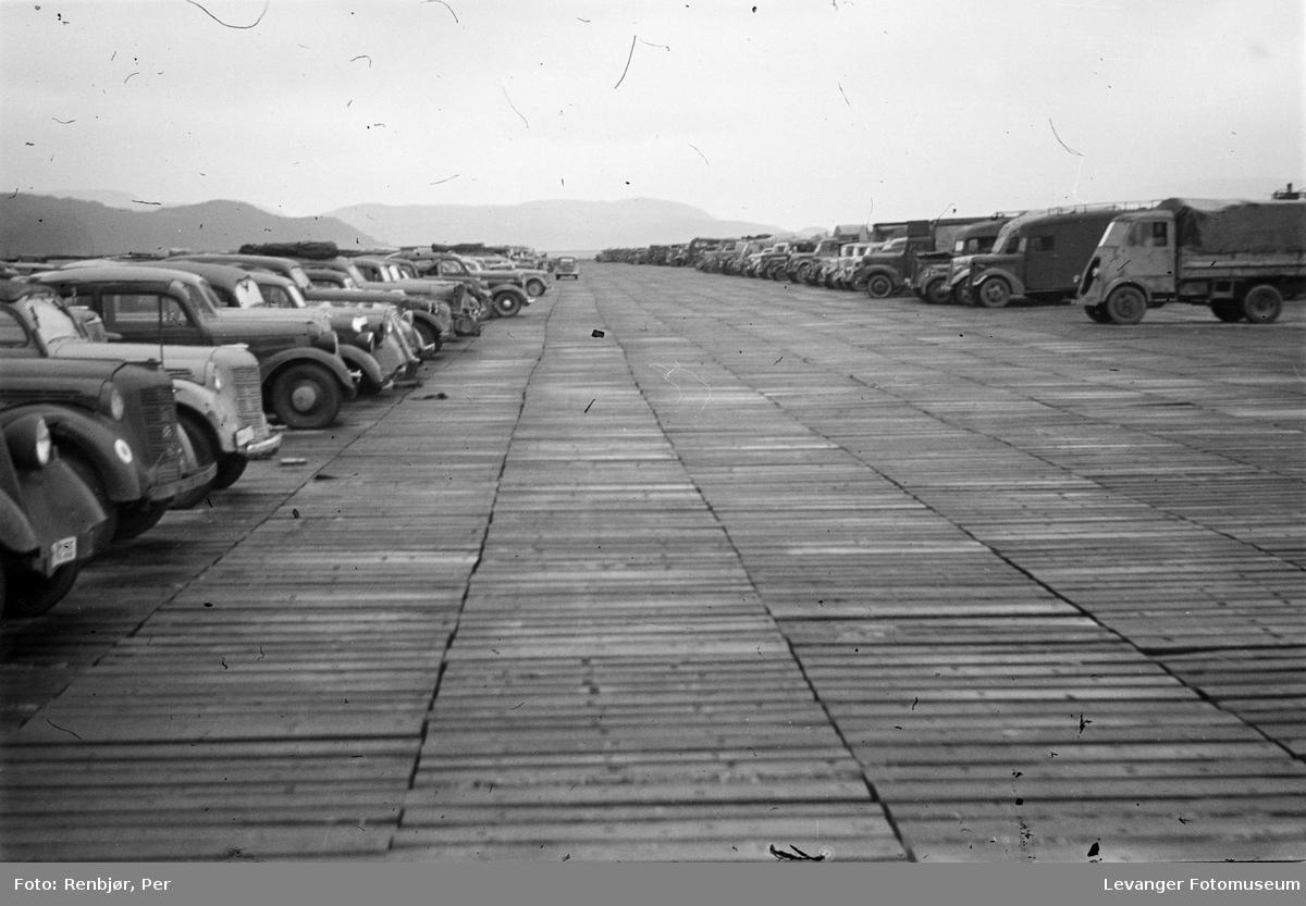 Oppsamling av biler på flystripa ved Øysand.