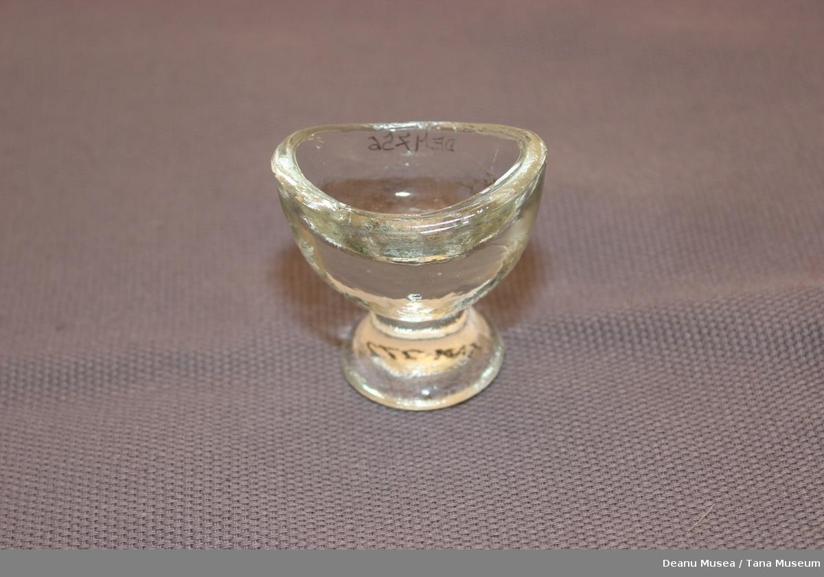 Lite glass for å skylle øyene, glasset er ovalformet som dekker til øyet.