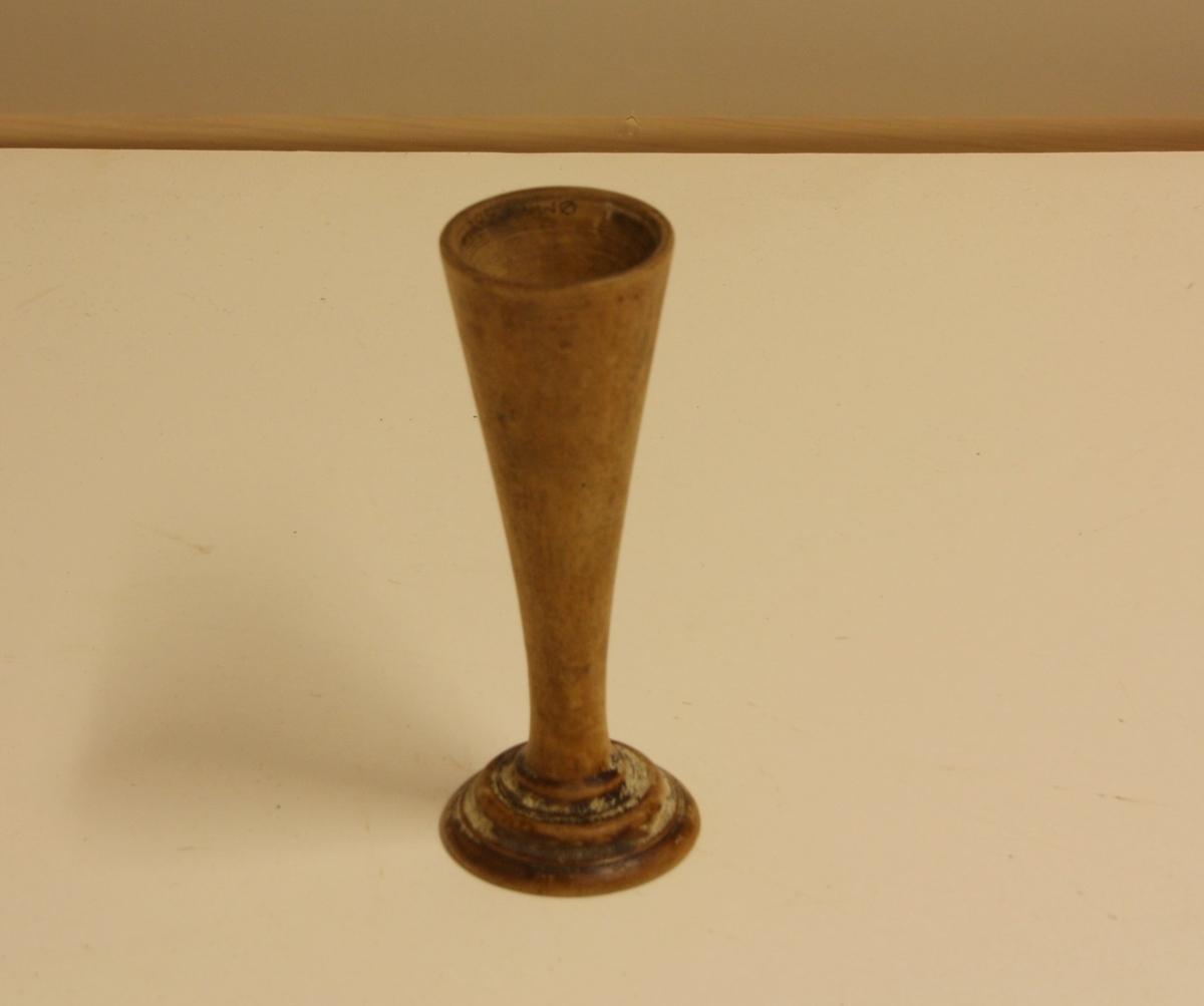 Form: Avlang, utsvingt i endene.