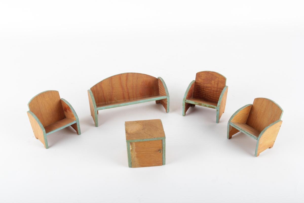 Dukkesalong bestående av en benk, tre stoler og et skap.