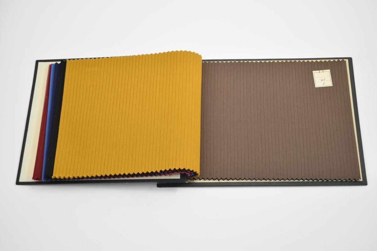 Ensfarget med diskret striper i vevmønsteret.