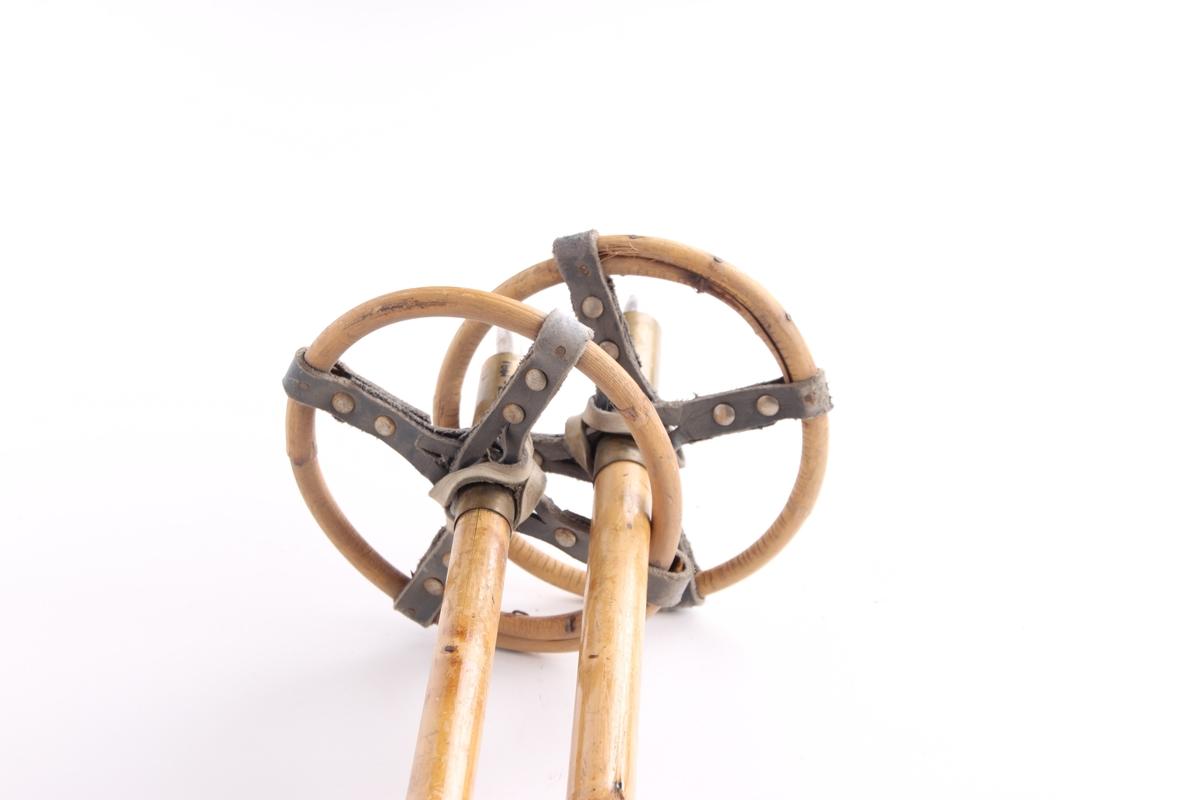Skistaver i bambus med trinse og håndtak i lær.