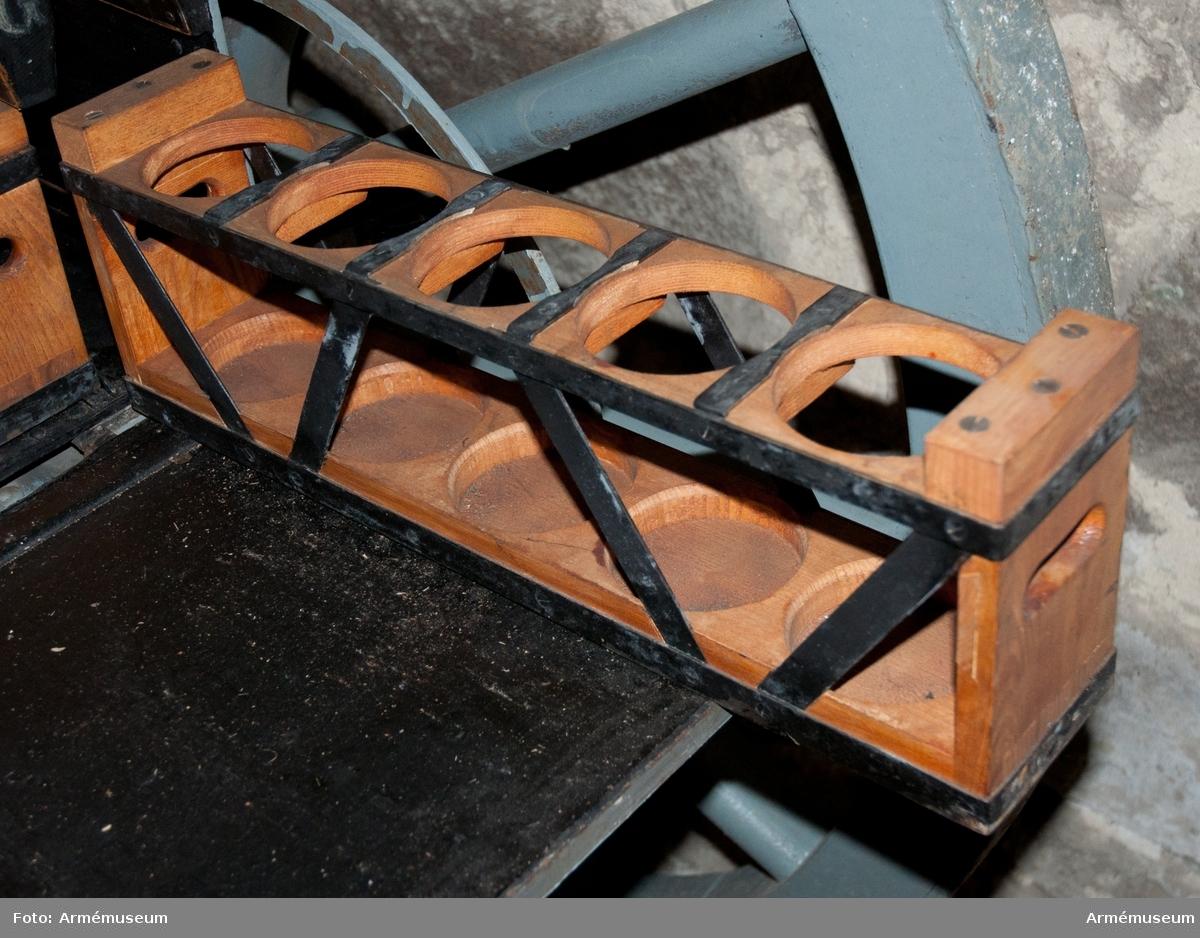 Grupp F I. Projektillåda till föreställaren till 8 cm förändrad kanon m/1881. Sitter på höger sida i föreställaren.
