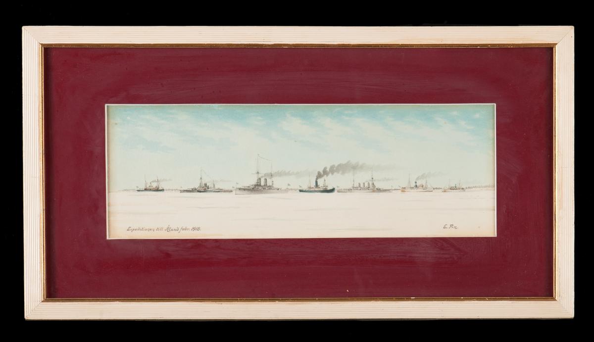 Föreställer expeditionen vid Åland, febr. 1918; med följande fartyg fr. v.: kb Svensksund (anländer med post från Sverige), psk Thor {med en isbrytare  vid sidan), psk Sverige, Isbrytaren II, psk Oscar II samt två ångare från Sveabolaget.