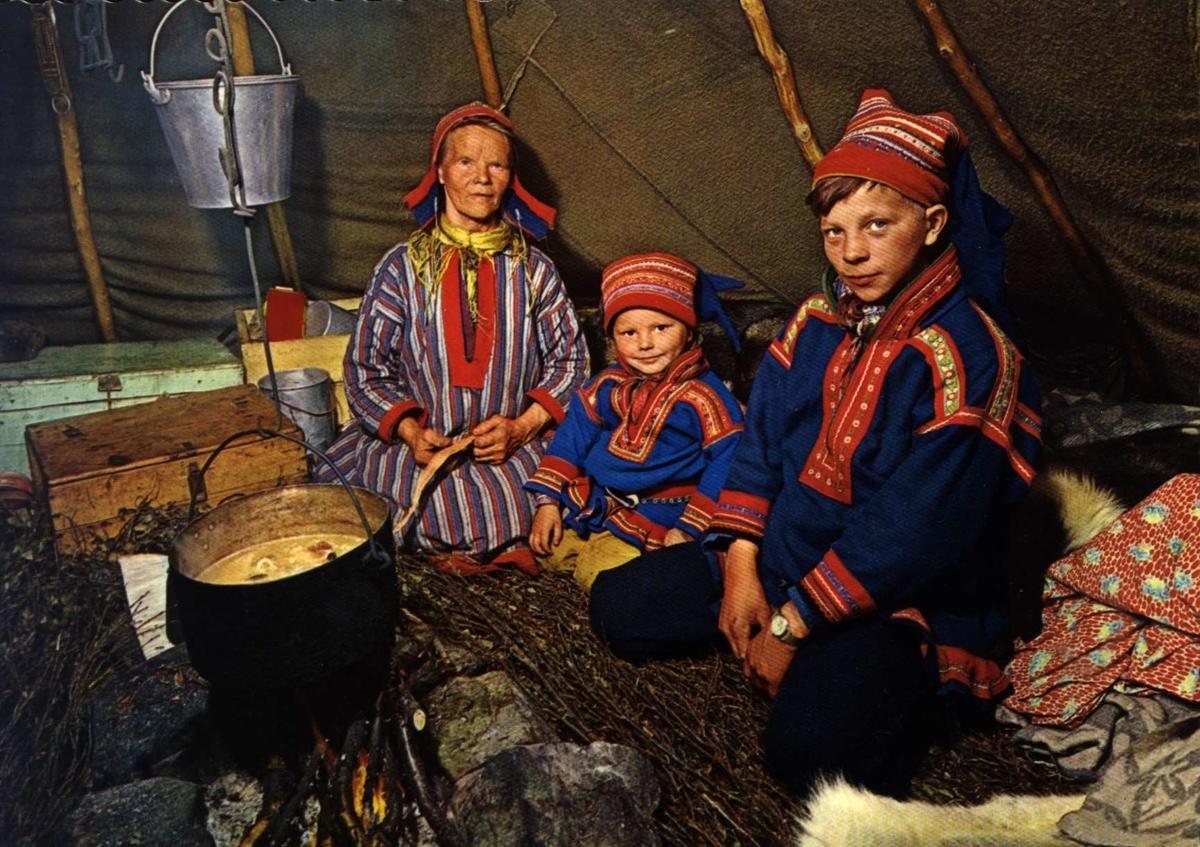 Postkort, Norsk Folkemuseum. Samer rundt gryten i lavvo