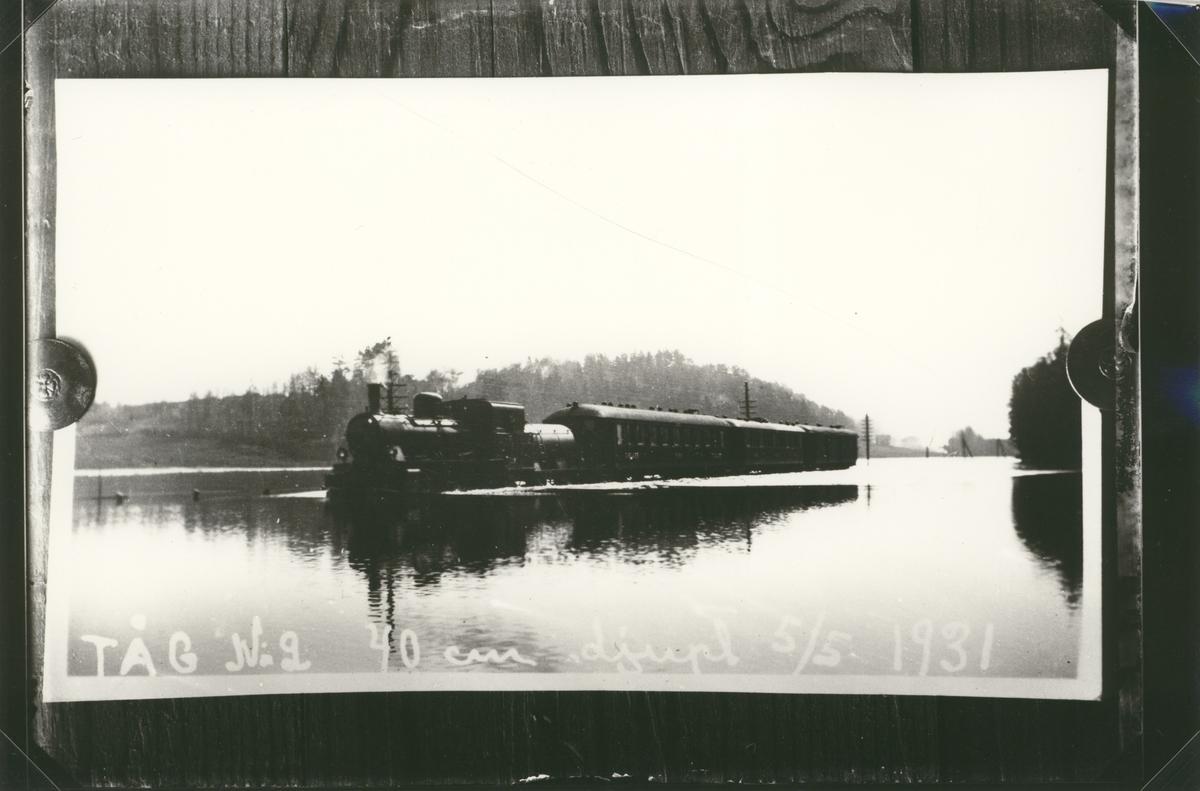Tåg nr på översvämmad järnväg den 5:e maj 1931. Vattnet låg 40 cm över rälsen.