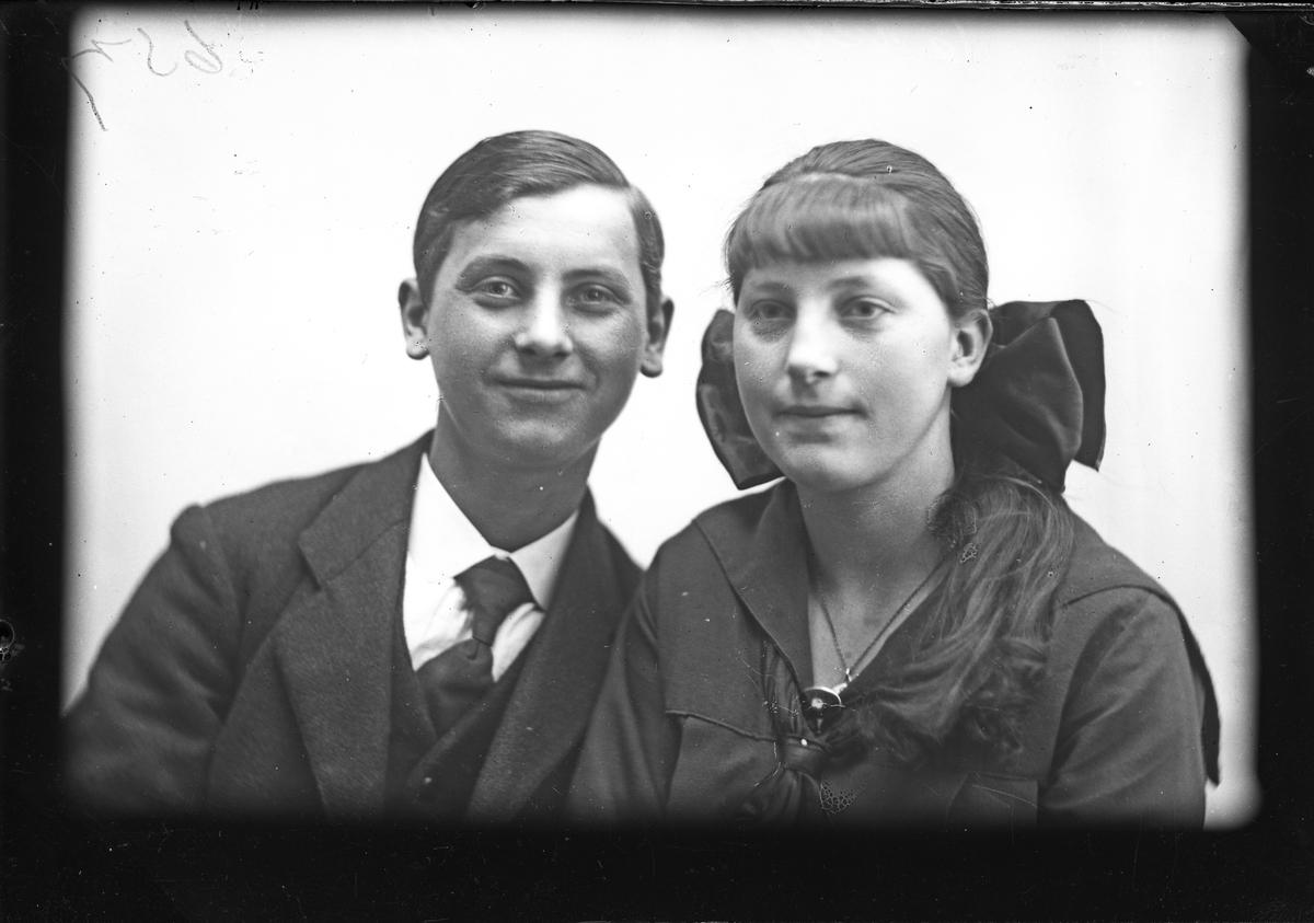 Portrett av en ung mann og ung kvinne. En av dem heter Scheid.