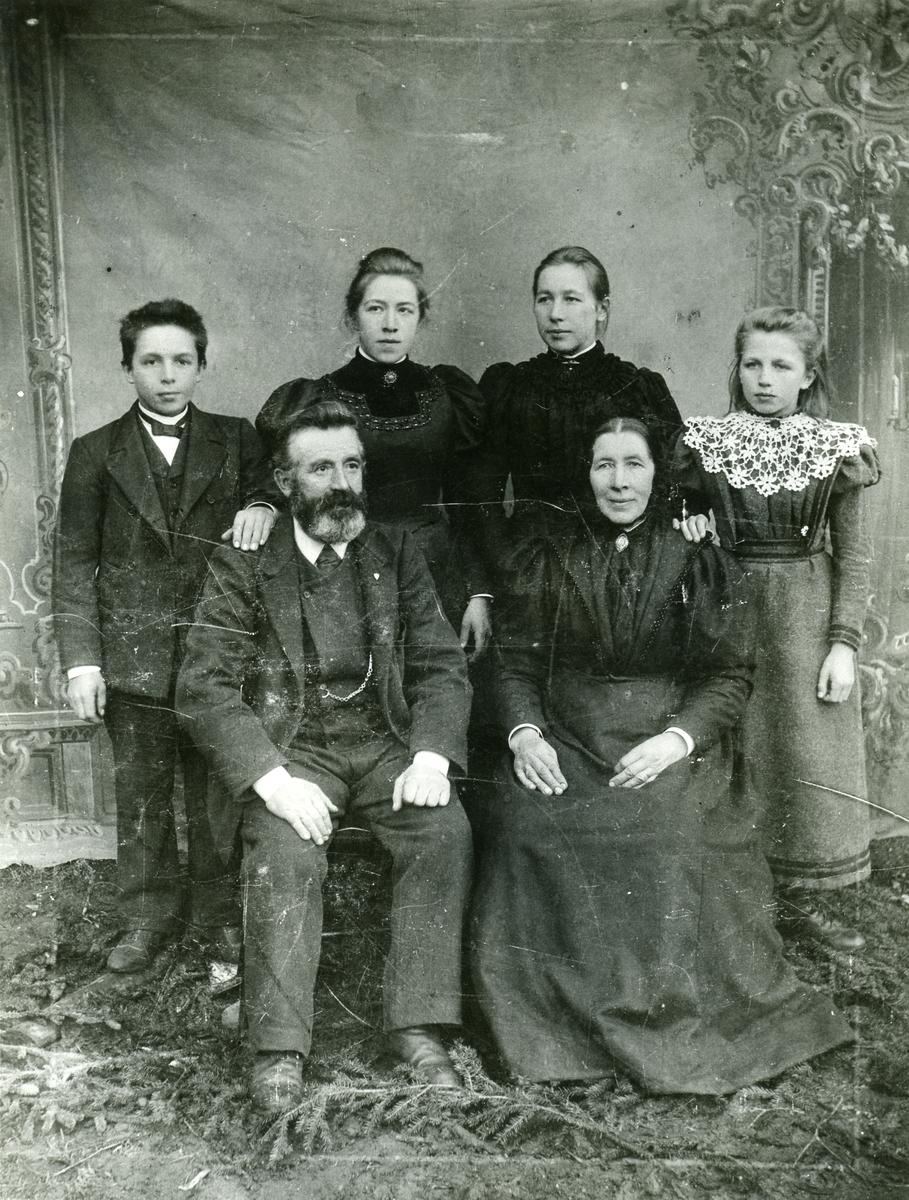 Ola E. Thorsrud med familie.