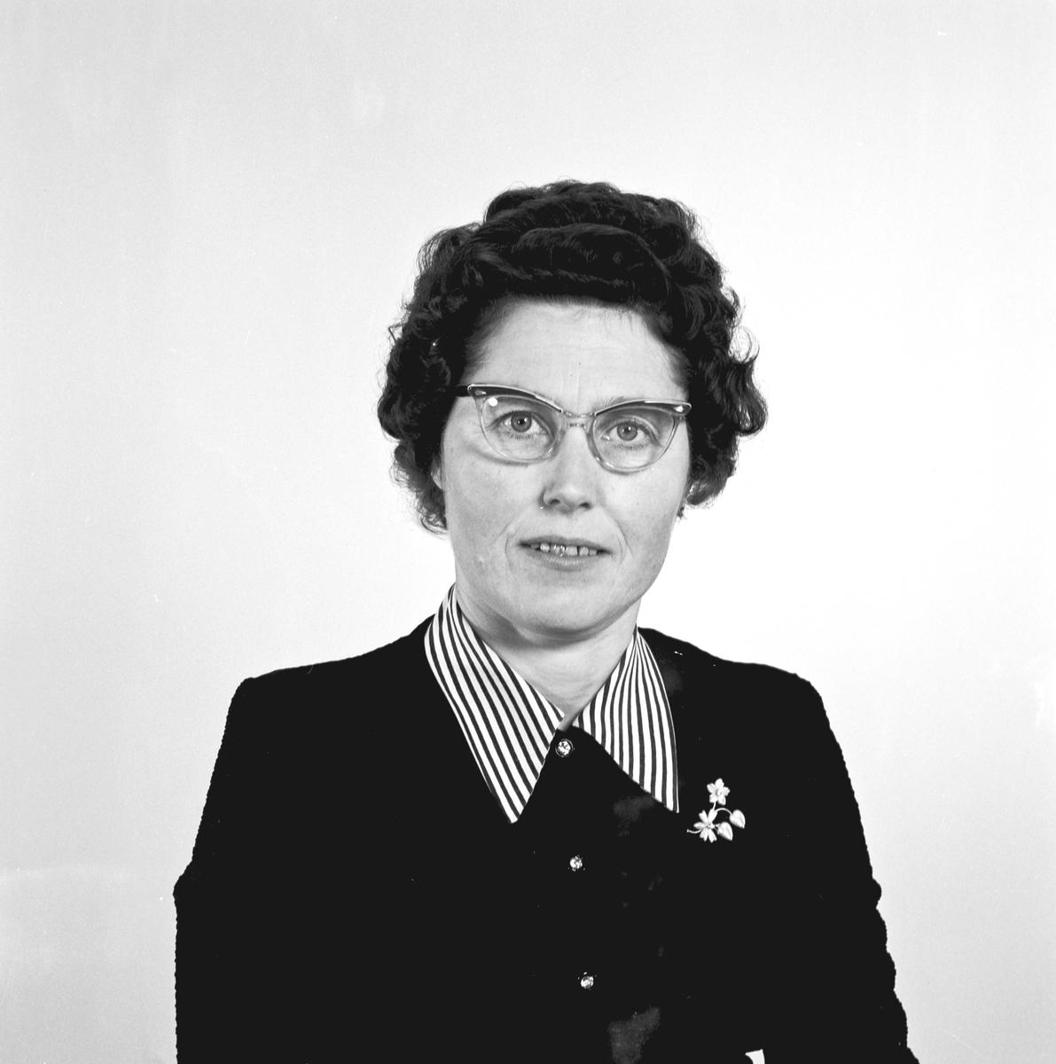 Portrett ung kvinne med briller - bestiller Signe Hemnes