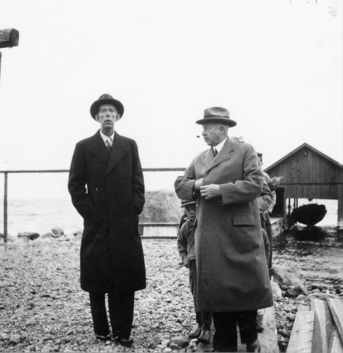 Prins Wilhelm besöker Utvalnäs i samband med sitt Gävlebesök 1938. På bilden skymtar även Landshövding Sven Lübeck.