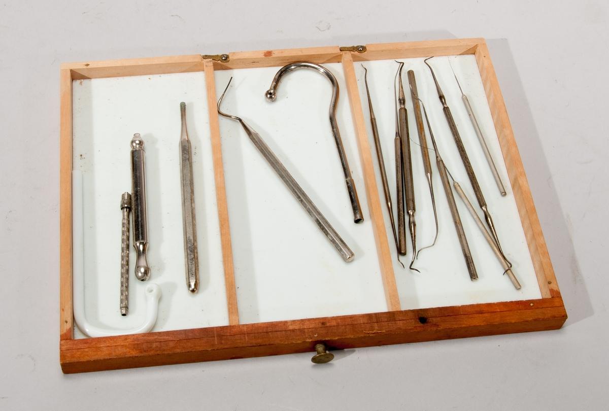 Transportabel tandläkarutrustning, för resande tandläkare. Består av schatull av björk med fem lådor, många fack med komplett utrustning för tandextraktion, färgprover, borrar, bedövning.