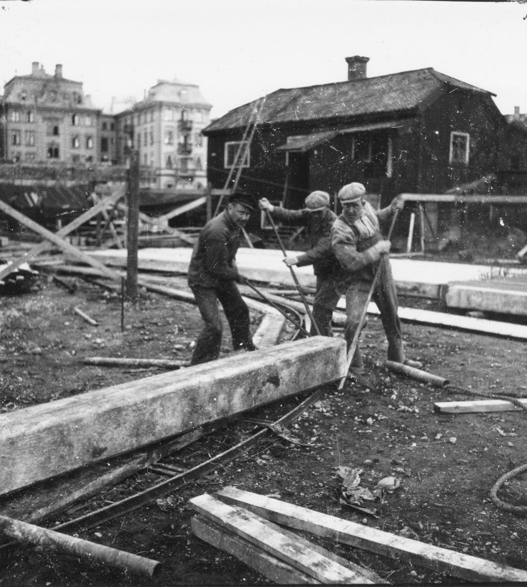 Bild tagen i samband med arbetet att uppföra Gävle Museum åren 1938-40. I bakgrunden syns Grand Hotell på andra sidan Gavleån.