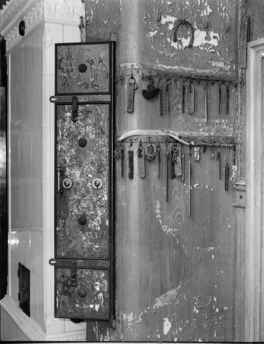 Gamla brukskontoret.  Kakelugn, kassaskåp, nyckelväggen med gamla nycklar och lås.