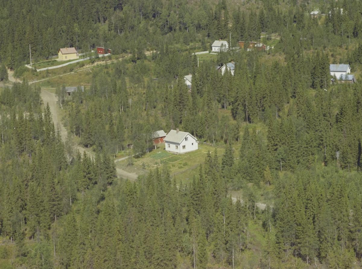 Sletten, hvitt bolighus, bak: Veines, gult bolighus med hvitt gjerde, Svatsum, Vestre Gausdal.