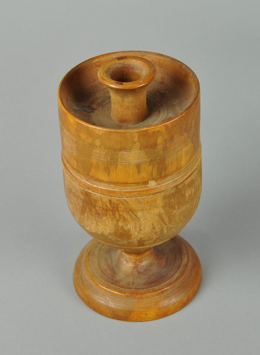 Stemmeurne av tre, formet som et krus med stett. Urnen har et lokk med hull på toppen til å legge i stemmekuler. Det ligger ca 30 stemmekuler i urnen. Treverket er dreid.