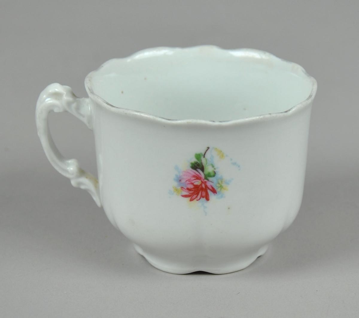 Kaffekopp med bølget munning og trykt blomsterdekor på siden.