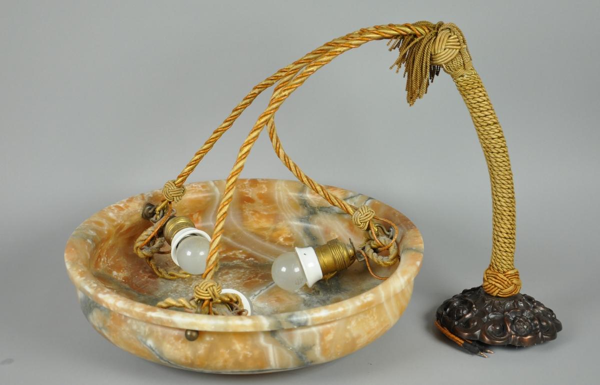 Bolleformet alabastskjerm med tre pærefester av messsing porselen og kobberfarget takfeste.