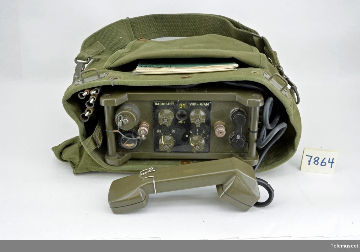 Gjenstanden består av: - sender/mottager del. Radio sender har en effekt på 15 Watt - håndsett - sammenleggbar antenne - batteri - bæreveske