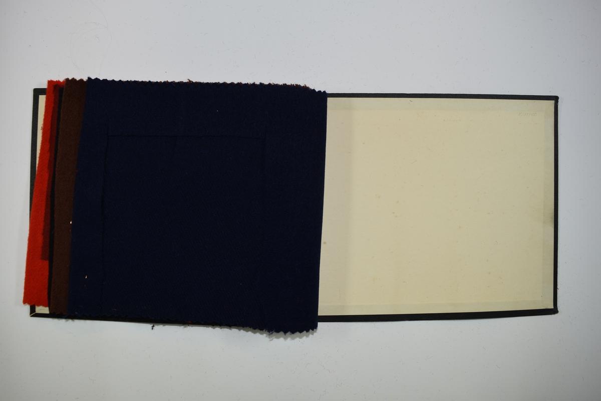 Prøvebok med 5 prøver. Middels tykke ensfargede stoff. Stoffene ligger brettet dobbelt slik at vranga dekkes. Stoffene er merket med en dråpeformet kartonglapp, festet til stoffet med metallstift, hvor nummer er påført for hånd.    Stoff nr.: 90/6, 90/7, 90/8, 90/9, 90/10
