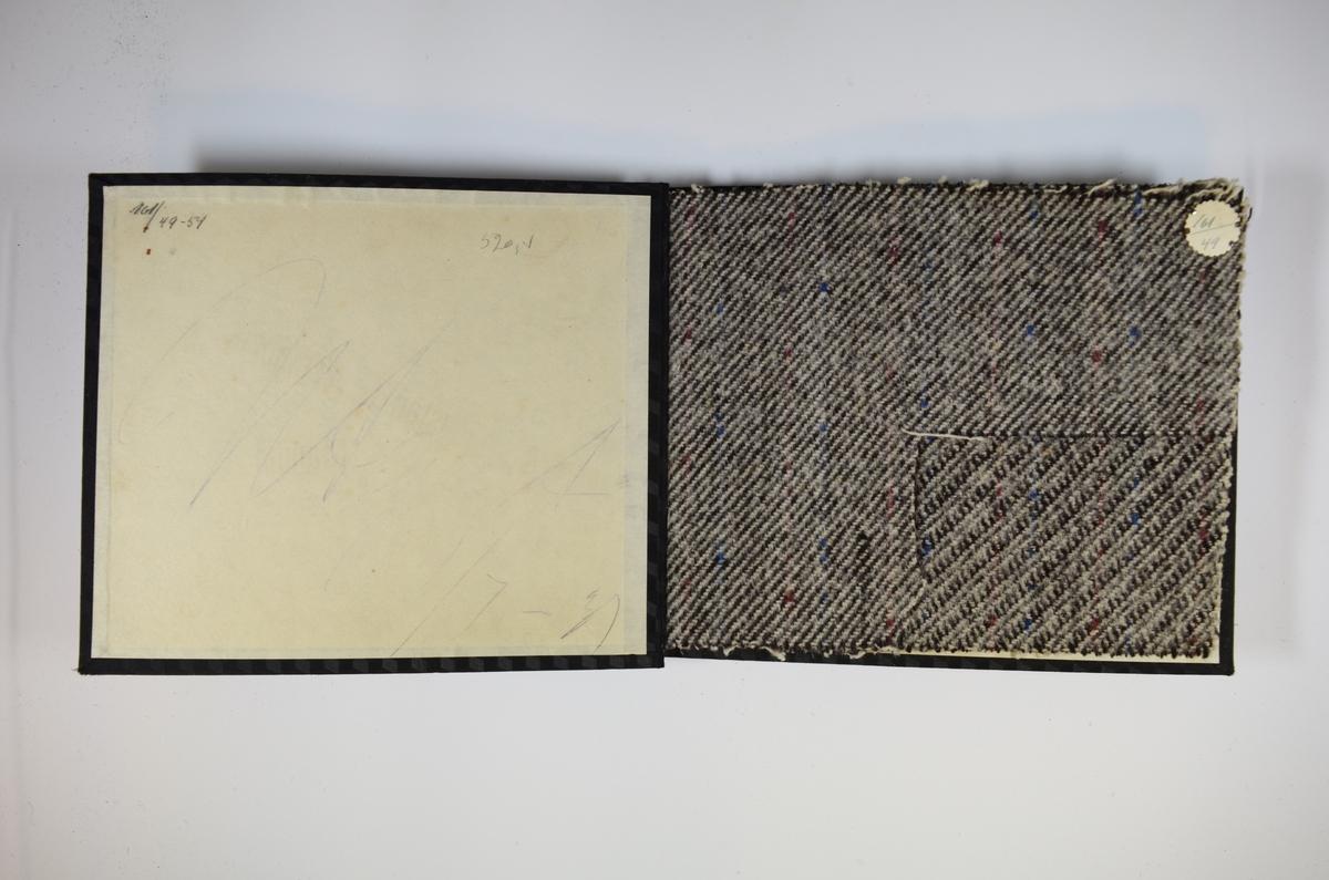 Prøvebok med 6 stoffprøver. Middels tykke stoff med skrå striper eller fiskebensmønster. Alle stoffene er merket med en rund papirlapp, festet til stoffet med metallstift, hvor nummer er påført for hånd. Innskriften på innsiden av forsideomslaget indikerer at all stoffene har kvalitetsnummer 161.   Stoff nr.: 161/43, 161/44, 161/45, 161/46, 161/47, 161/48.