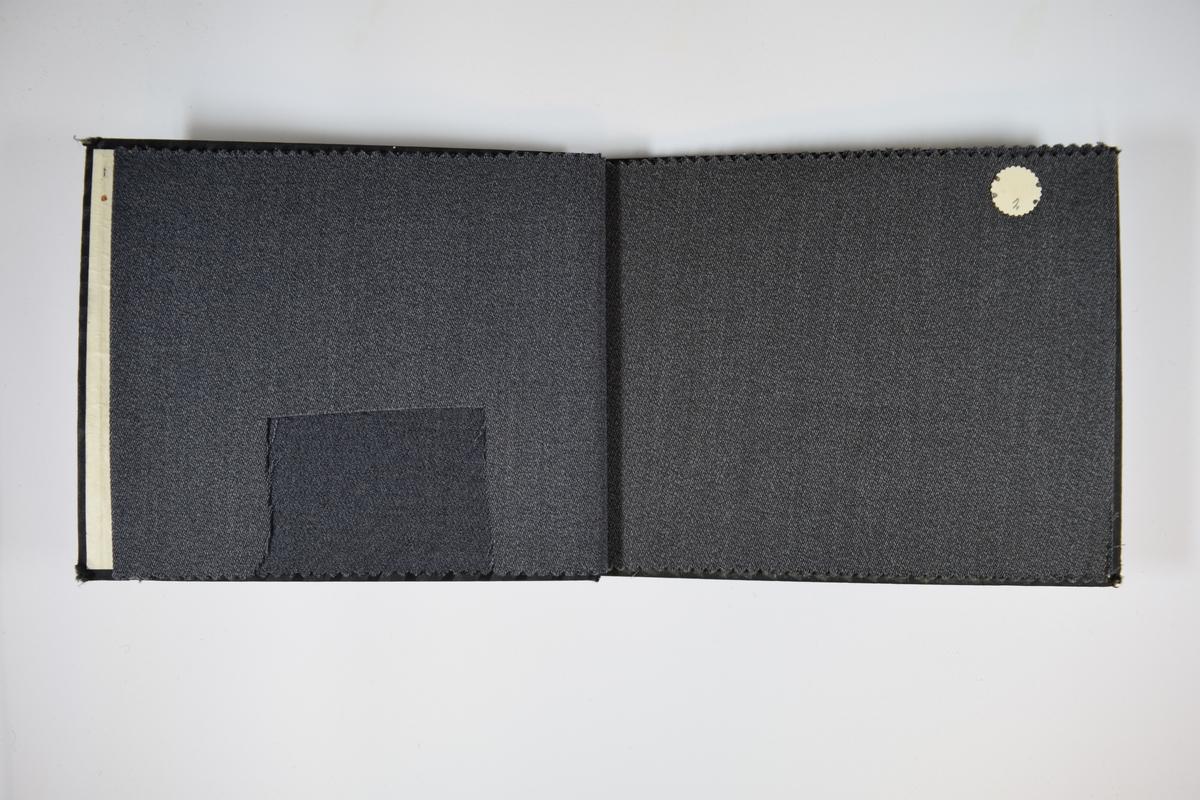 Prøvebok med 5 stoffprøver. Middels tykke stoff med skrå striper i vevmønsteret. Kyperbinding/diagonalvevd. Stoffene ligger brettet dobbelt i boken slik at vranga dekkes. Stoffene er merket med en rund papirlapp, festet til stoffet med metallstift, hvor nummer er påført for hånd. Innskriften på innsiden av forsideomslaget indikerer at alle stoffene i boken har kvalitetsnummer 150.  Stoff nr.: 150/1, 150/2, 150/3, 150/4, 150/5.