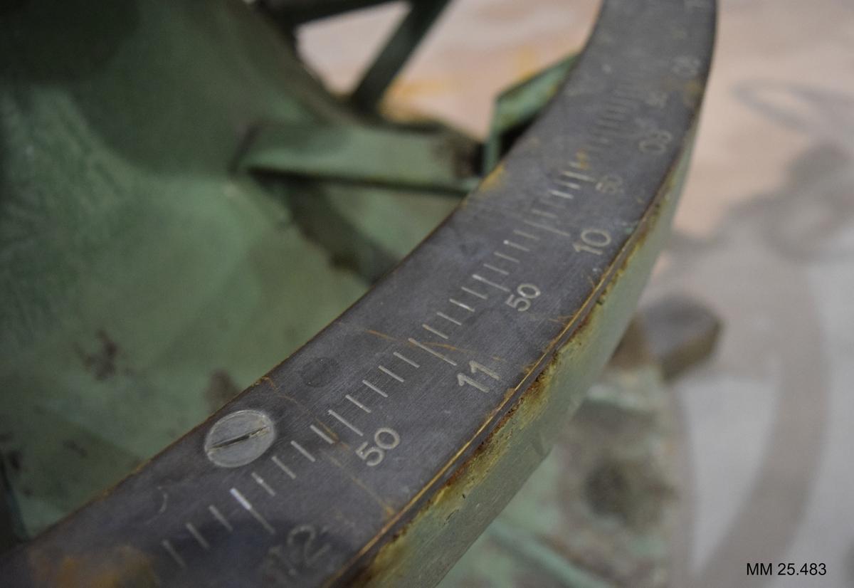 Kanon på konlavett. Eldröret och rekylbromsen målad i mörk olivgrön färg, lavetten och övriga detaljer på pjäsen i klarare grön färg. På lavetten sitter en ring med gradskala och avläsningsskala.  Flera skalor medger finare inriktning av kanonen. Kanonen kan höjd och sidriktas med diverse rattar. Eldröret räfflat.