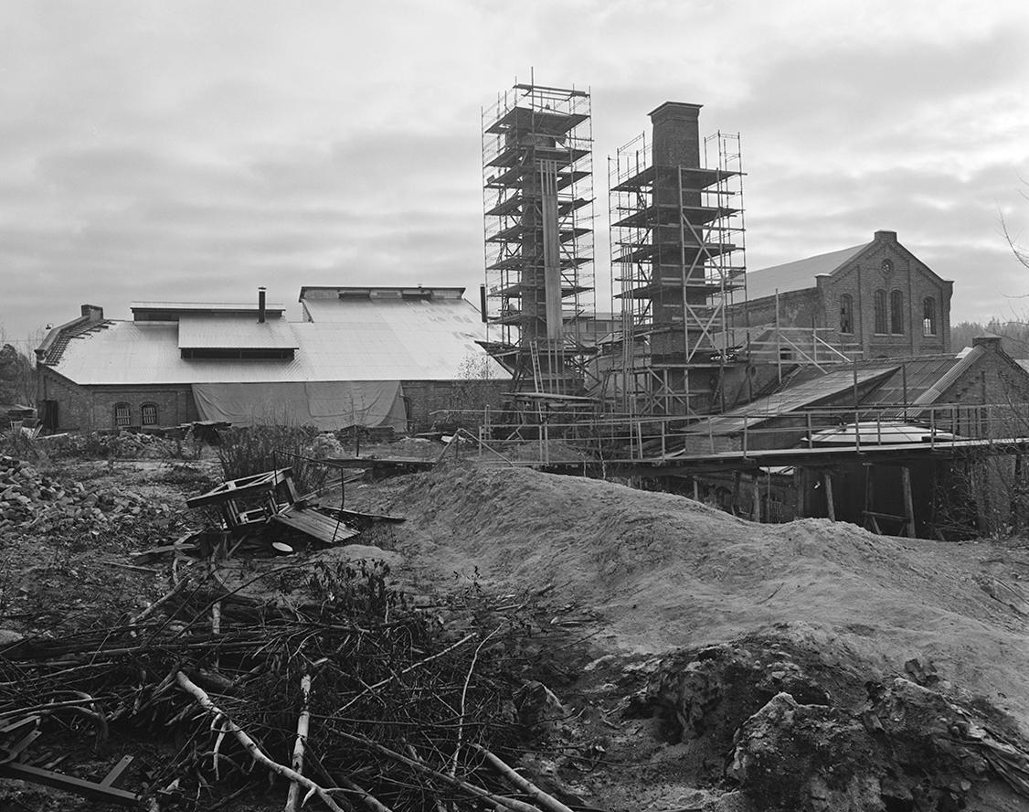 Klevfos Industrimuseum, Klevbakken, Ådalsbruk, Løten. Eksteriør, restaurering, oversikt, fabrikkpiper, stillaser.