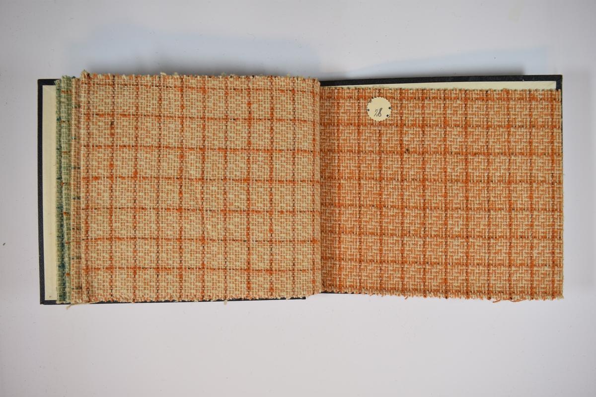 Prøvebok med 5 stoffprøver. Middels tykke flerfargede stoff med rutemønster. Ulike farger og kombinasjoner på stoffene, men vevemønsteret er likt. Stoffene ligger brettet dobbelt i boken. Stoffene er merket med en rund papirlapp, festet til stoffet med metallstifter, hvor nummer er påført for hånd. Innskriften på innsiden av forsideomslaget indikerer at alle stoffene har kvaliteten 162.   Stoff nr.: 162/24, 162/25, 162/26, 162/27, 162/28, 162/29.