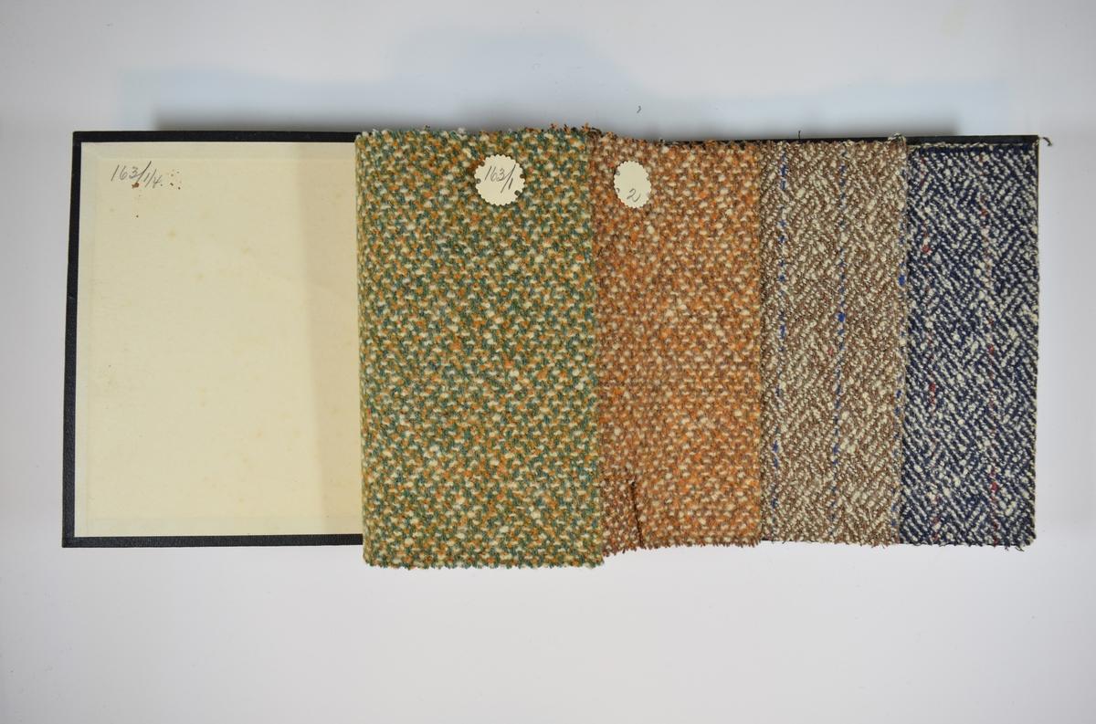 Prøvebok med 4 stoffprøver. Middels tykke flerfargede stoff med mønster. Stoffene ligger brettet dobbelt i boken. Stoffene er merket med en rund papirlapp, festet til stoffet med metallstifter, hvor nummer er påført for hånd. Innskriften på innsiden av forsideomslaget indikerer at alle stoffene har kvaliteten 163.   Stoff nr.: 163/1, 163/2, 163/3, 163/4.