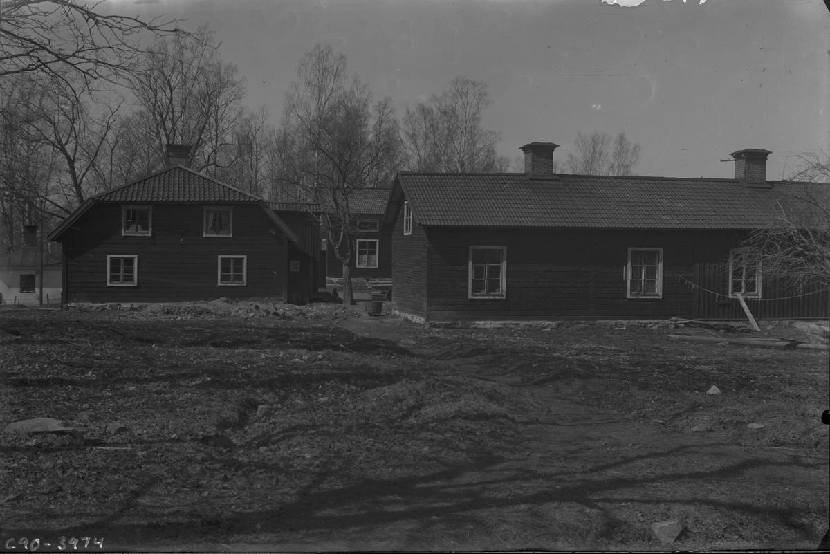 Arbetarbostäder som var belägna där det nuvarande värdshuset står. Husen byggdes om till värdshus 1919 och fick sitt nuvarande utseende. Längst till vänster syns grindstugan.