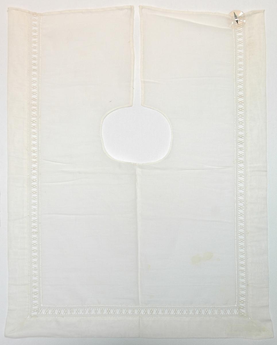 Krage, 44 x 36 cm. Linne, bred hålsöm runt kanterna.  Katalogiserad av Karin Nordenfelt, Elisabet Stavenow, Marie-Louise Wulfcrona-Dagel.