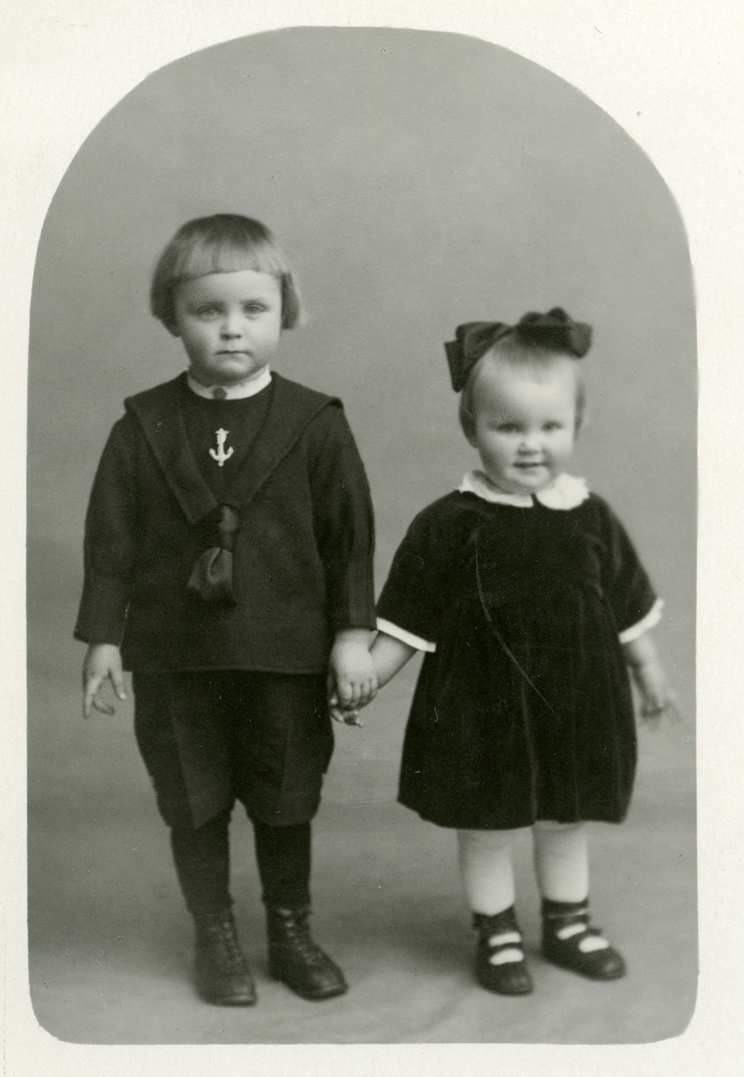 To barn holder kvarandre i henda.
